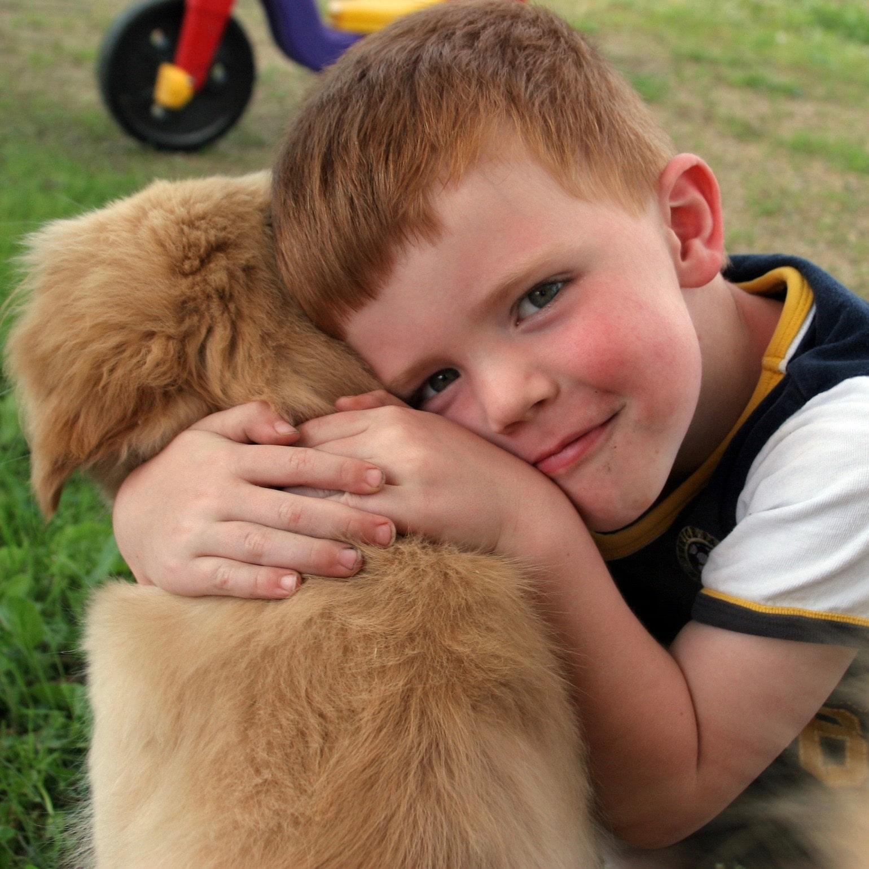 bambino che abbraccia un cane pet-therapy addestratori cinofili enci carmagnola